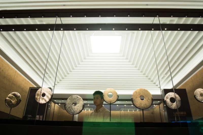 在位於浙江省杭州市的良渚博物院,觀眾參觀良渚文化遺址出土的玉璧(新華社)