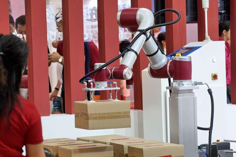 世界機器人博覽會上展出的一款物流企業用小型機器人(新華社)。