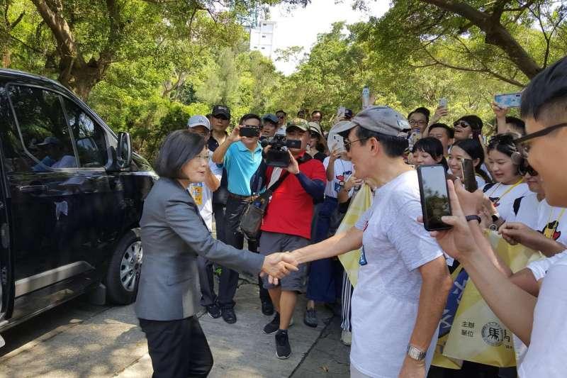 總統蔡英文(左)和前總統馬英九(右)今天在金門「巧遇」,兩人還互相握手寒暄。(取自馬英九臉書)