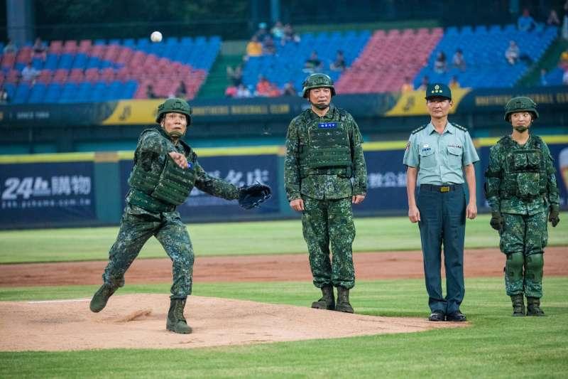 陸軍司令部主辦的「運動員戰士紅不讓」職棒開球活動中部場次23日晚間在台中洲際棒球場登場,陸軍司令陳寶餘上將以新式戰鬥個裝之姿主持開球。(陸軍司令部提供)