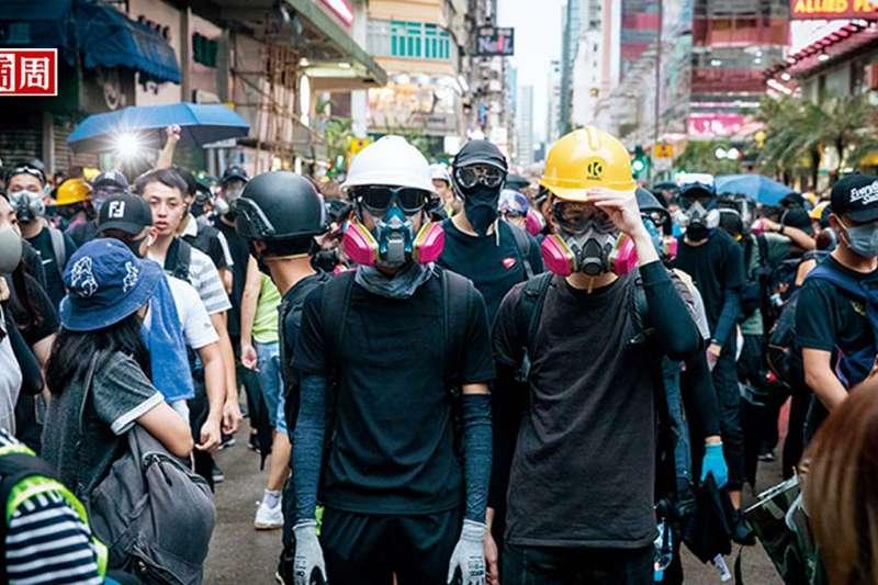 8月17日,抗爭者「流動」到旺角警署前。「你有全裝備嗎?」成了問候語,台灣五金行更意外成為採購據點。(攝影者.陳宗怡)