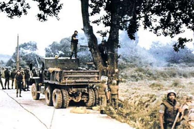 1976年,朝鮮半島,朝韓非軍事區,一組園藝專家在數百名美軍士兵護衛下前去修理一棵楊樹(BBC中文網)