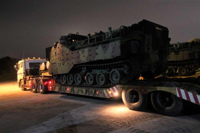 因應颱風「白鹿」持續進逼,國軍第四作戰區於23日凌晨機動部署AAV7兩棲突擊車(見圖),依令投入災防救援任務。(國防部提供)