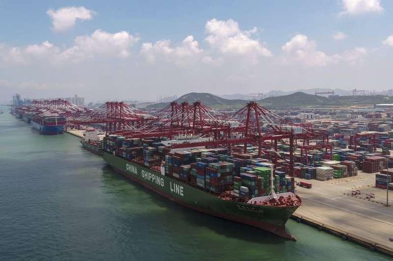 中美貿易戰全面升級,兩國經濟都下滑,台灣再難撿到槍。(AP)
