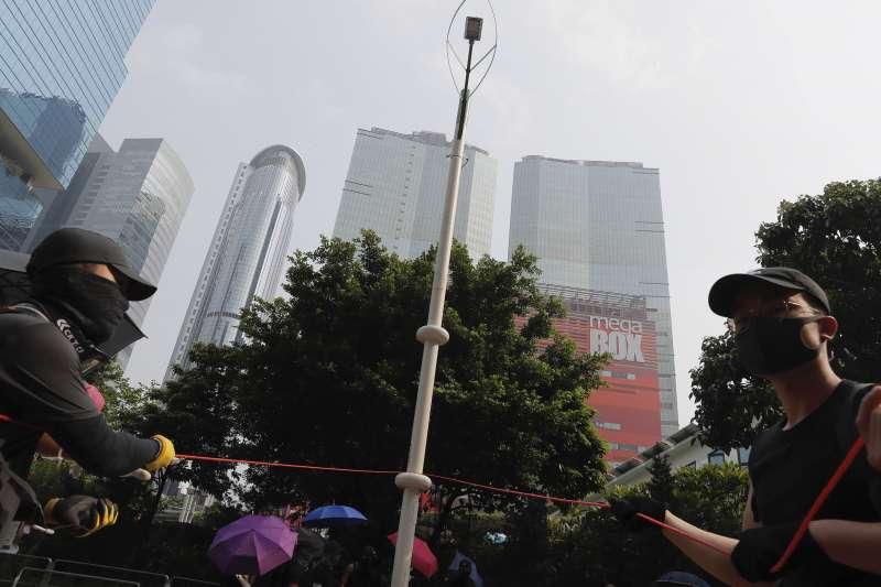 2019年8月24日,香港「反送中」觀塘遊行,示威者拆除疑似裝有中國監控系統的智慧燈柱(AP)