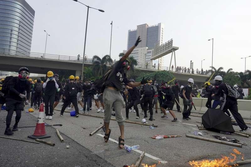 香港「反送中」行動在世界遍地開花,圖為24日「反送中」遊行示威者與港警爆發激烈衝突。(AP)