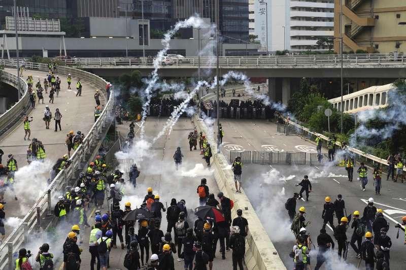 2019年8月24日反送中,香港警方發射催淚瓦斯驅離示威群眾(AP)
