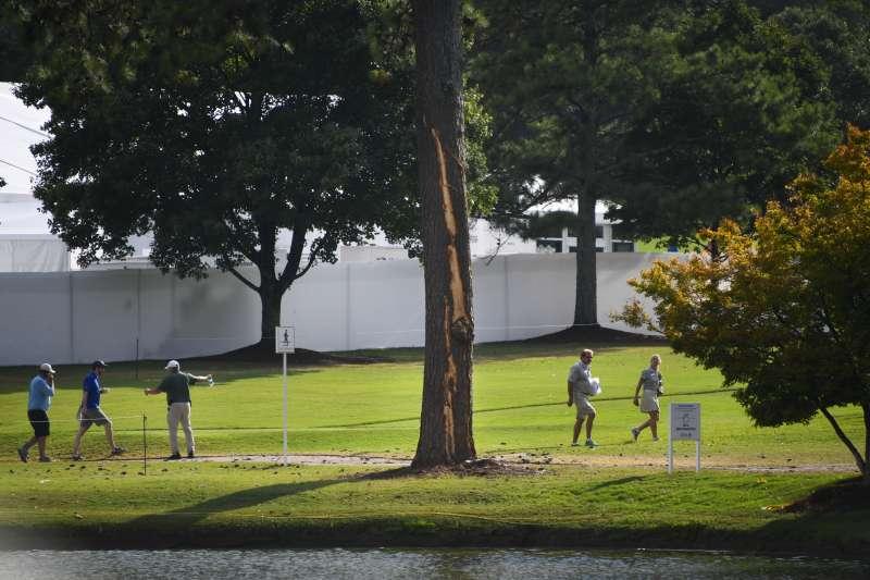 美國職業高爾夫巡迴錦標賽中,發生雷擊樹木的意外導致球迷受傷,比賽也因此中斷。 (美聯社)