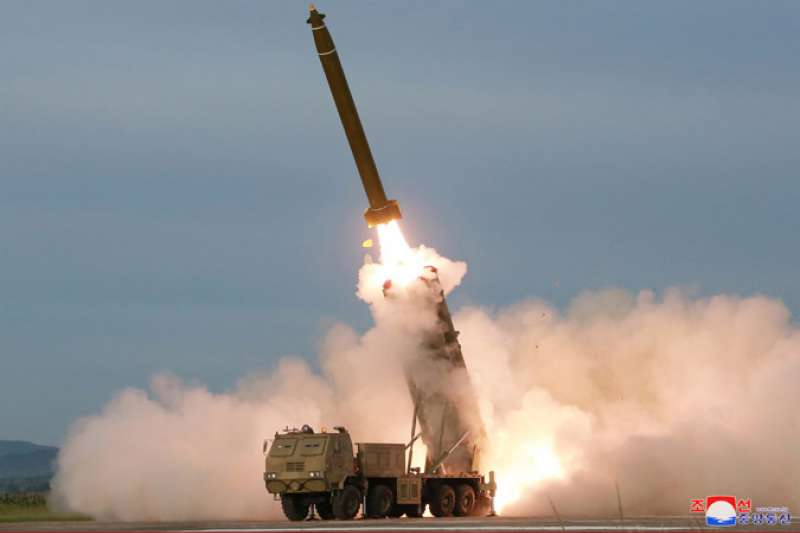 北韓在咸鏡南道試射「超大口徑火箭炮」。(朝中社)