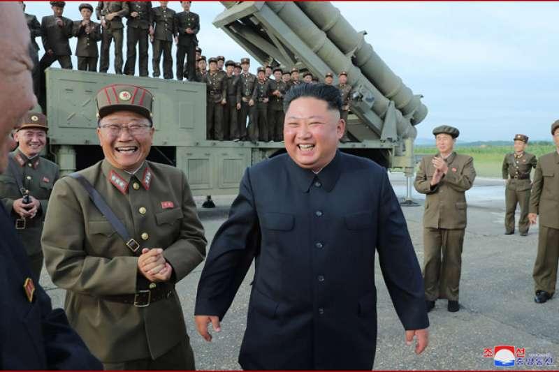 北韓24日在咸鏡南道試射「超大口徑火箭炮」,金正恩親自到場視察。(朝中社)
