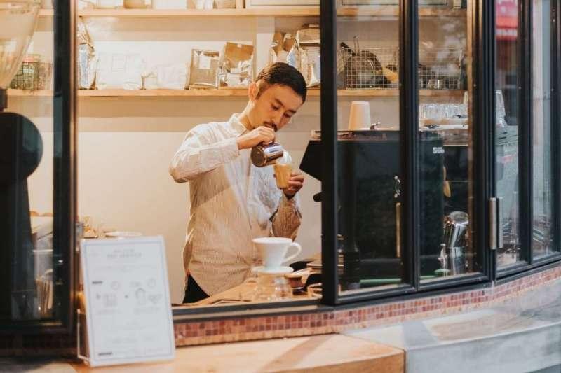 環保風盛行,越來越多人會用保溫杯外帶咖啡,但其實熱咖啡並不適合用保溫杯裝盛(圖/Unsplash)