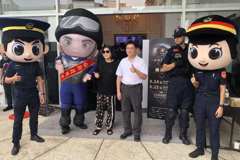 新北市政府警察局局長陳檡文(24)日攜手知名大導演邱瓈寬率隊至今夏最火熱的「六都電競爭霸戰」總決賽現場,與來自六都的電競好手同歡。(圖/新北市警察局提供)