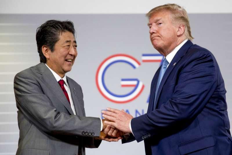 與日韓比較,台灣與美國雖無邦交,但卻是川普在亞洲最忠實的朋友。圖為日本首相安倍晉三和美國總統川普8月25日在日美峰會上相互握手致意。(美聯社)
