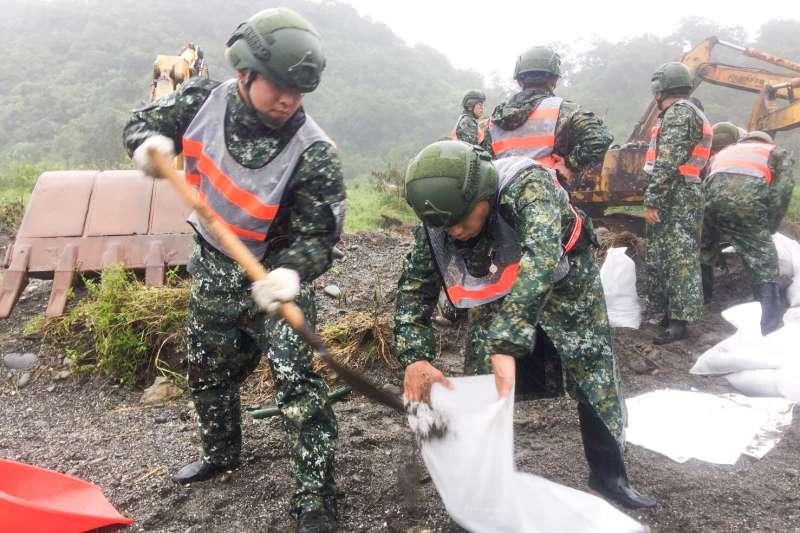陸軍自今年7月起,陸續針對所屬各單位換發新式「數位迷彩雨衣」,並已實際運用在近日颱風災防應處人員身上。(陸軍司令部提供)