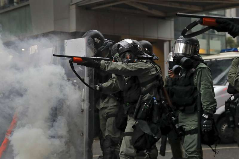 香港反送中抗爭三月不斷,成了影響台灣大選最大的外部因素。圖為香港警方對抗議民眾施放催淚彈。(美聯社)