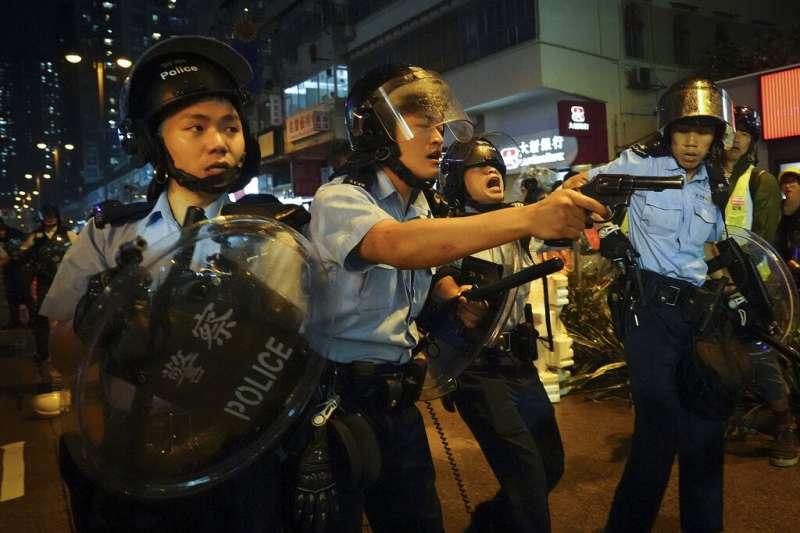 不滿香港政府的民眾25日再次走上街頭,與警方發生衝突,警方甚至拿左輪手槍瞄準民眾。(美聯社)