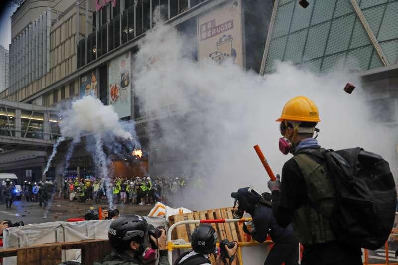不滿香港政府的民眾25日再次走上街頭,與警方發生衝突。(美聯社)
