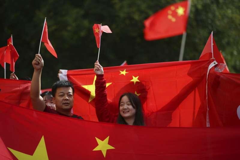 筆者指出,海外華人在20世紀上半葉較為留意祖國的發展,也回應中國民族主義的浪潮,但在20世紀下半葉他們越來越心繫「新故鄉」的生活,中國政治則逐漸成為遙遠的「中國想像」。(資料照,AP)