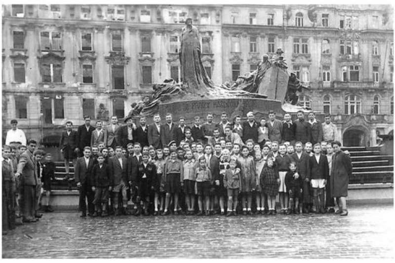 納粹大屠殺的倖存者和他們的家人,在多年後又回到當年的地方,仿照這張1945年的照片重拍了合照。(BBC中文網)