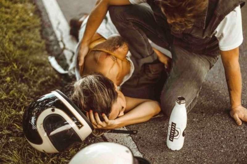 美國網紅蒂芙尼·米切爾發生車禍時,不忘拍下照片上傳網路,被指是刻意炒作、嘩眾取寵(圖/LINDSEY GRACE WHIDDON)