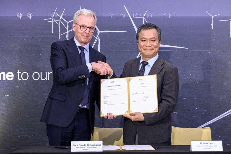 菱重維特斯共同共行長拉斯·邦杜·克羅斯各(左)在2019年7月3日與上緯投控董事長蔡朝陽(右)簽約,提供風電碳纖板材。(取自菱重維特斯官網)