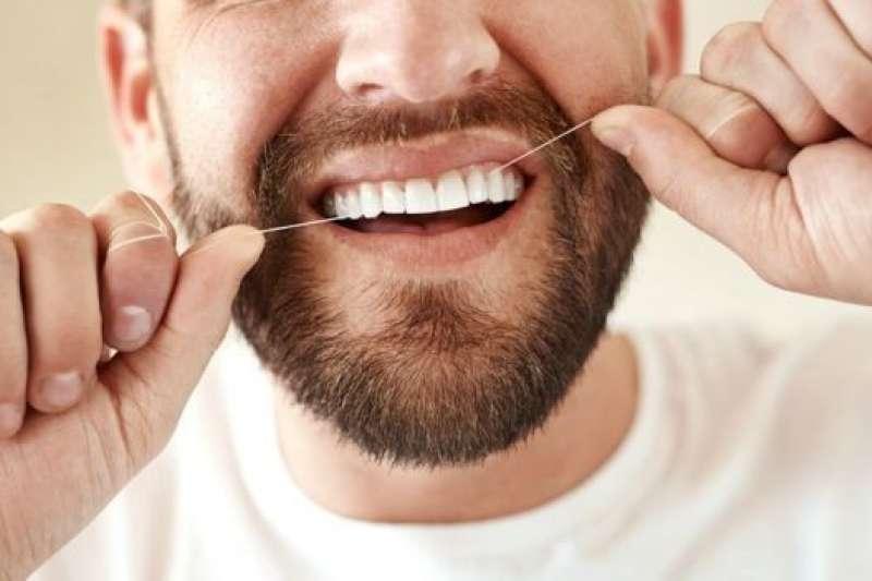 用牙線清潔牙齒有利於口腔衛生。(BBC中文網)