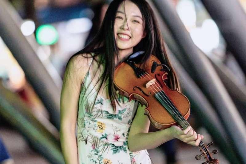 街頭藝人Angel不顧父母的反對,毅然決然放棄律師考試,拿起小提琴走向街頭,用美妙的音樂帶給人們感動。(資料照,取自Angel of violin臉書)
