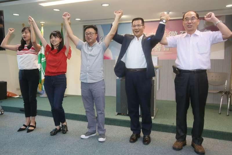 羅文嘉(中)在台北市區域立委提名引發爭議。(柯承惠攝)