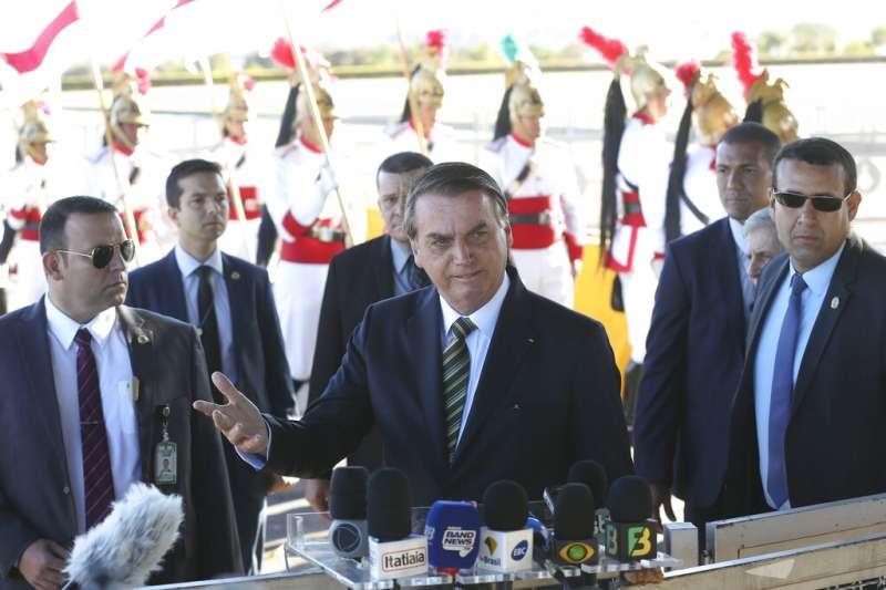 巴西總統博索納羅27日突然改口稱願意重新考慮是否接受國際捐款。(AP)