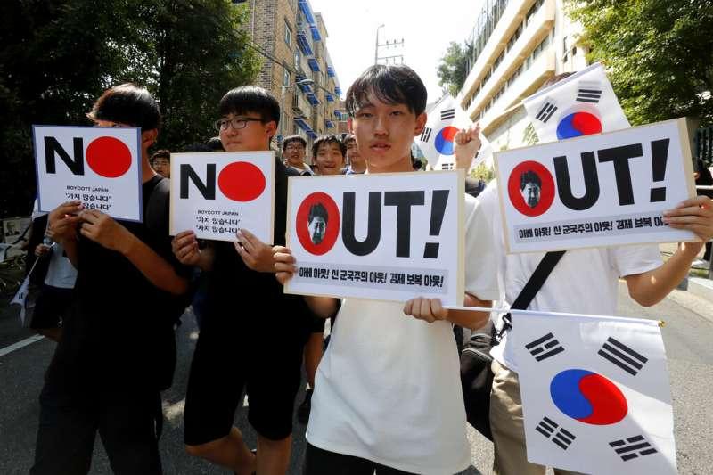 日韓關係近來嚴重惡化,南韓民眾在首爾街頭高舉反日標語。(美聯社)