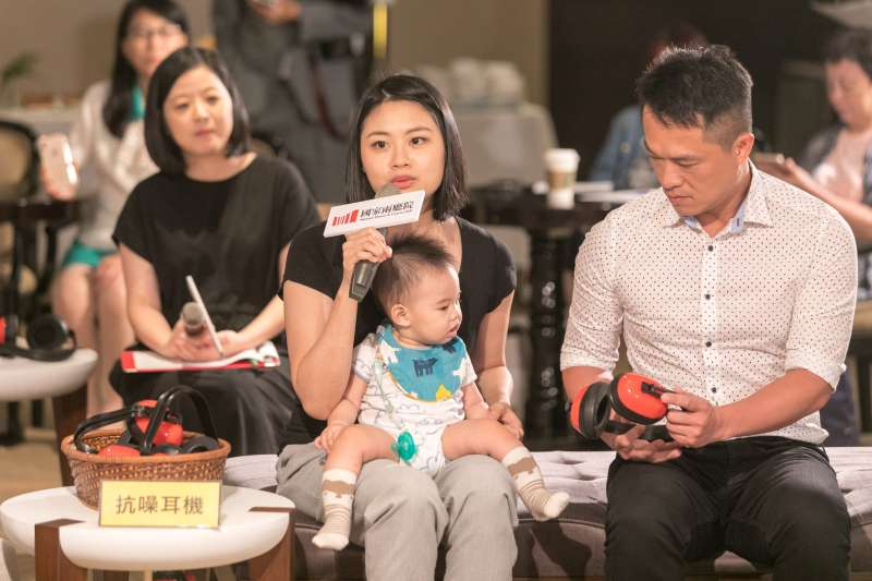 20190829-7月首度試辦「輕鬆自在場」,國家兩廳院29日舉辦記者會。圖為家長「柚子媽媽」與柚子。(兩廳院提供)