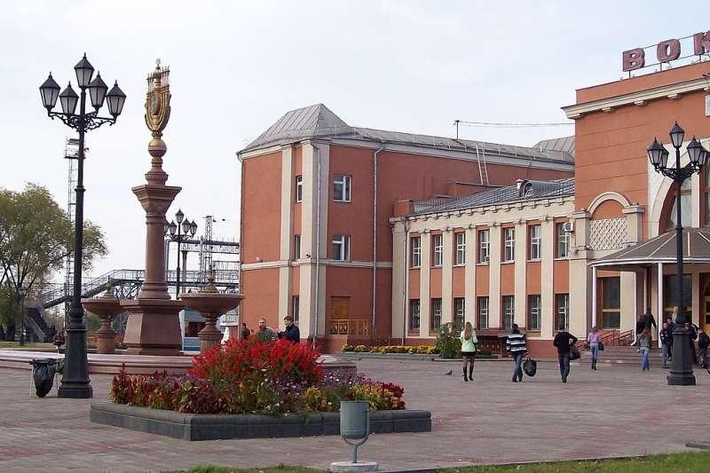 比羅比詹是俄羅斯猶太自治州首府,圖為比羅比詹的火車站廣場。(取自維基百科共享資源)