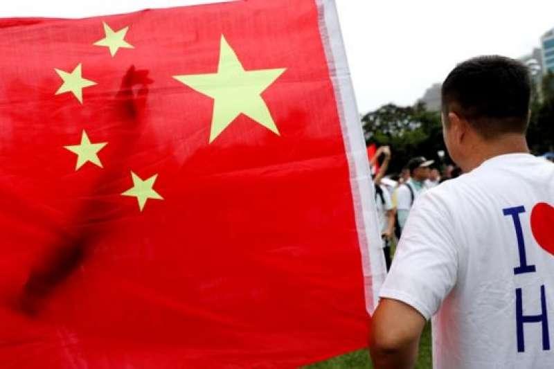 香港8月3日舉辦支持警察集會,他們批評一些示威者的手法越趨暴力,警察必須嚴正執法。(BBC中文網)