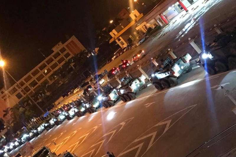 29日凌晨,超過50架解放軍車經落馬洲進駐香港。(翻攝Youtube)