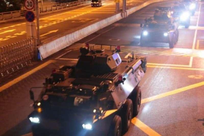 八月二十九日凌晨,解放軍駐港部隊實施第二十二次部隊輪換。解放軍從陸路、海上、空中機動前往駐港部隊營區,種種跡象讓人懷疑,北京是否利用部隊輪換的機會,增加了駐港部隊人數。(取自China Xinhua News推特)