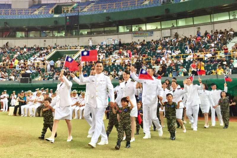 為慶祝「九三軍人節」,國防部推出形象影片;海軍司令部28日也到在高雄澄清潮棒球場舉辦「職棒開球-鋼鐵英雄紅不讓」活動。(海軍司令部提供)
