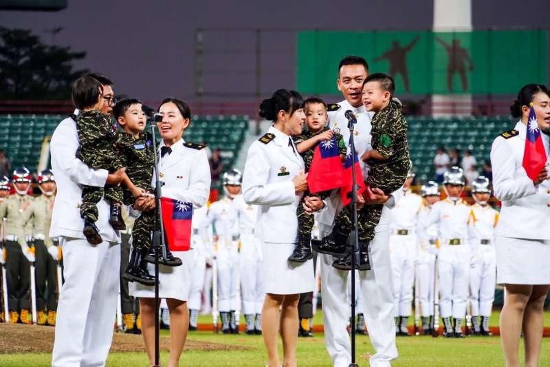 20190829-海軍司令部28日在高雄澄清潮棒球場舉辦「職棒開球-鋼鐵英雄紅不讓」活動。(海軍司令部提供)