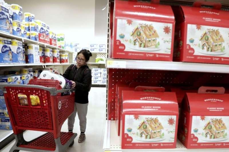 在紐澤西州愛迪生市塔吉特百貨公司(Target store),一名購物者在把一件商品放進購物車之前先看了看。(美聯社)