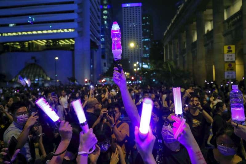 香港反送中意外成為台灣大選的「境外變數」圖為3萬港人上街指控香港警察的性暴力。(美聯社)