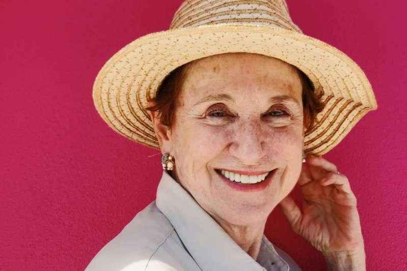 豐富的人生歷練,在熟齡女人身上添了幾分成熟的優雅韻味(圖/Unsplash)