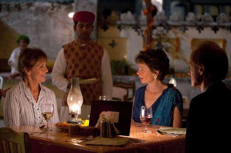 《金盞花大酒店》片中,七位互不相識的英國退休老人在異地印度一同開啟新生活(圖/IMDb)