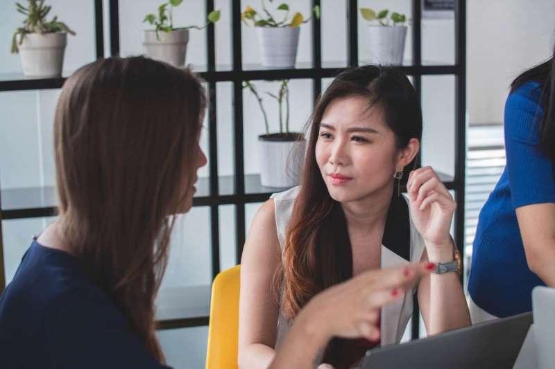 日本談判專家清水建二建議,多觀察對方面部表情和肢體動作,可大幅增進自身對談判現場的掌控程度(圖/Unsplash)