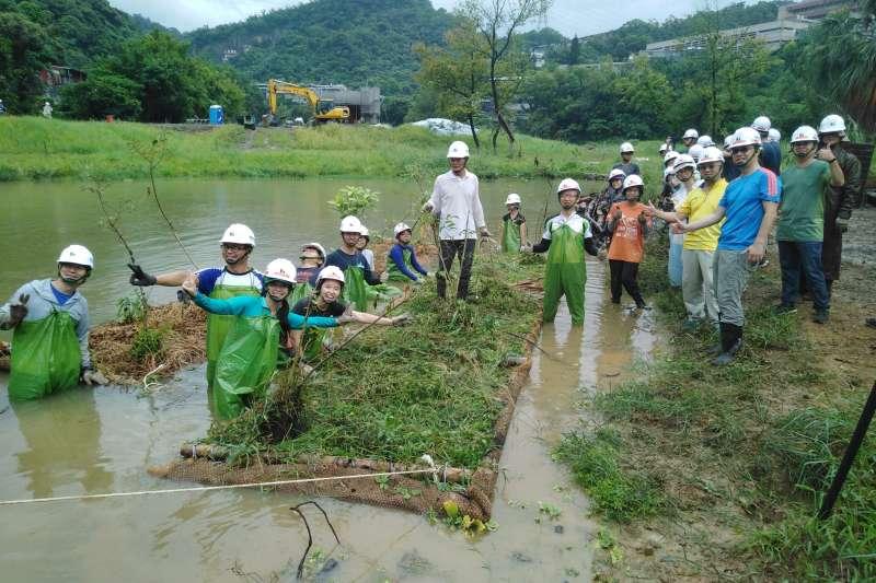 為增加永春陂濕地公園生態多樣,台北市府與荒野保護協會合力打造2座人工生態浮島。(台北市政府提供)