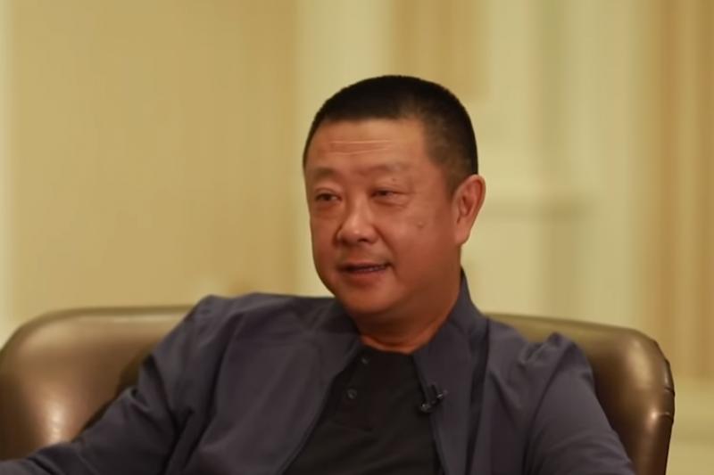 火鍋界龍頭海底撈的創辦人張勇,在入籍新加坡後成為星國首富。(圖片擷取自Youtube)