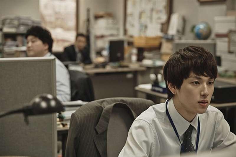 電視劇「末生(미생)」裡,男主角在公司加班;圖為劇照。