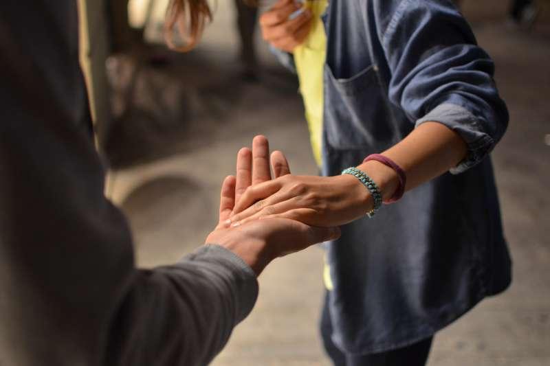 「握手」和「牽手」的英文完全不一樣,說錯了容易讓人誤會(圖/Unsplash)