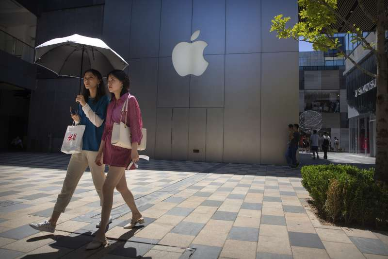 中美貿易戰引發關稅大漲,蘋果供應鏈卻愈來愈依賴中國。(AP)