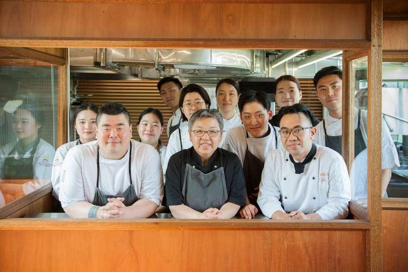 米其林主廚趙希淑(中下)及團隊、長榮鳳凰主廚楊峻大合照(右下1)將為大家帶來韓國與台灣結合的韓食饗宴。(圖/業者提供)