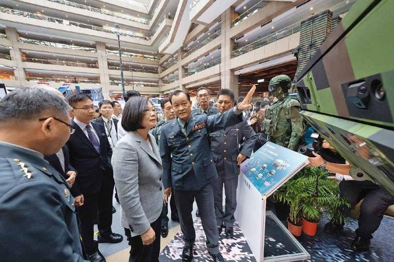 作者指出,事實上,台灣已經跟南非一樣,目前所發展的自主軍火,其實只是在「賣祖產」。(取自總統府)