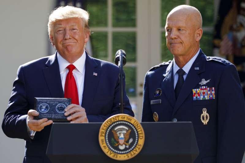 美國總統川普在華盛頓白宮玫瑰園向美國太空軍司令約翰・雷蒙德上將致意。(美聯社)